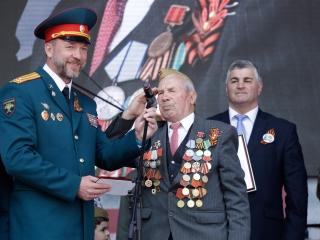 Дмитрий Саблин вручил подарки ветеранам